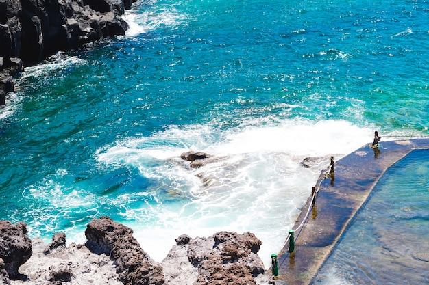 海岸でクローズアップ結晶波状水 無料写真