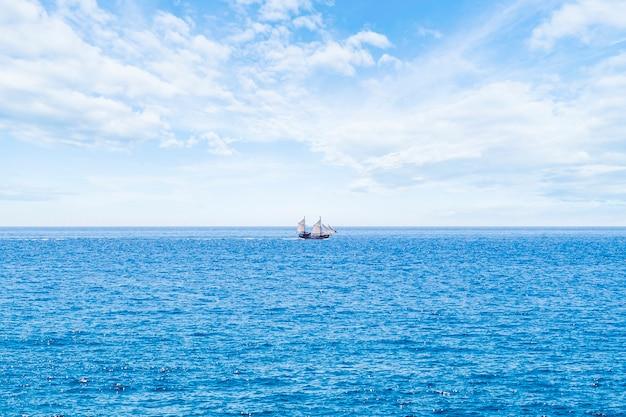 海の上のロングショットセーリングボート 無料写真