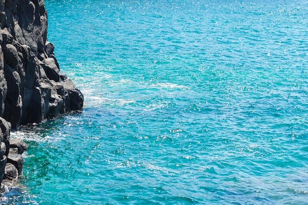 ビーチで結晶水を閉じる 無料写真