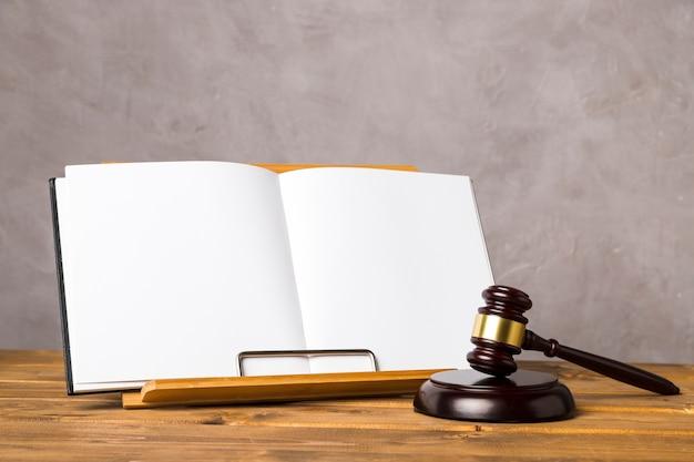 Договоренность с судьей молоточком и открытой книгой Бесплатные Фотографии