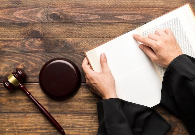 本と小槌でトップビュー裁判官 無料写真