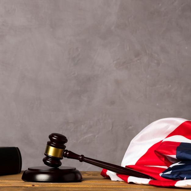 Судья молоточком и флаг сша на фоне штукатурки Бесплатные Фотографии