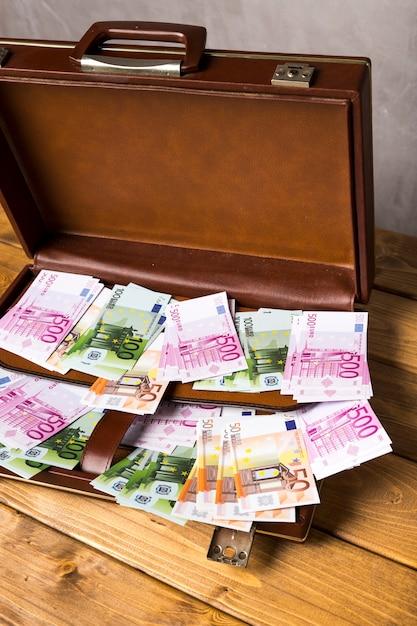 ユーロ紙幣とクローズアップオープンスーツケース 無料写真
