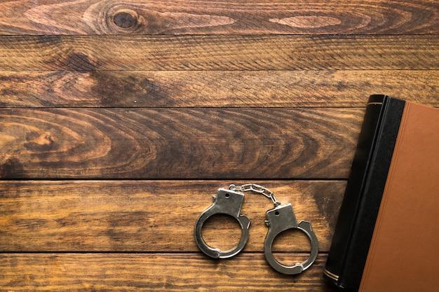 本、手錠、コピースペース付きフレーム 無料写真
