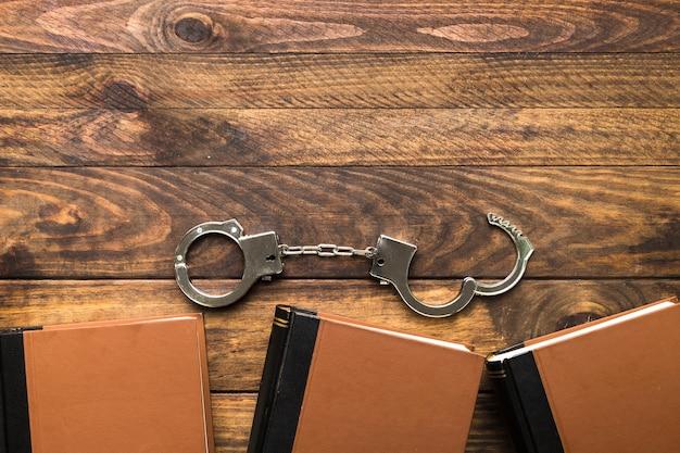 本と手錠のトップビューフレーム 無料写真