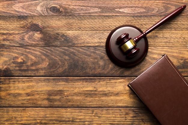 本と裁判官の小槌を持つフラットレイアウトフレーム 無料写真