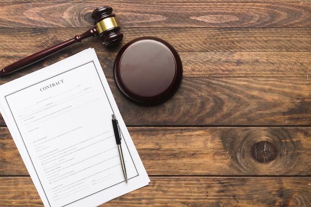 フラットレイアウトの契約と木製のテーブルの裁判官の小槌 無料写真
