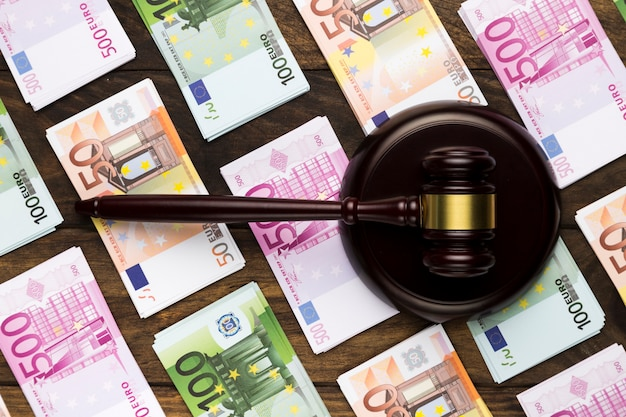 印象的なブロックと紙幣のトップビュー裁判官小槌 無料写真