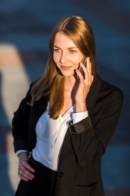 スマイリー女性が電話で話して 無料写真