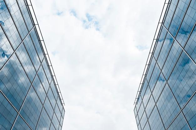 Низкий угол обзора двухэтажных зданий Бесплатные Фотографии