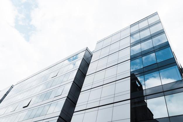 ローアングルの高層ビルの眺め 無料写真