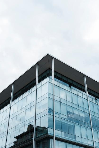 多くの窓がある低角度の高層ビル 無料写真