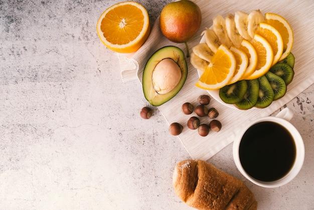 コピースペースでフルーツとコーヒーの朝食 無料写真