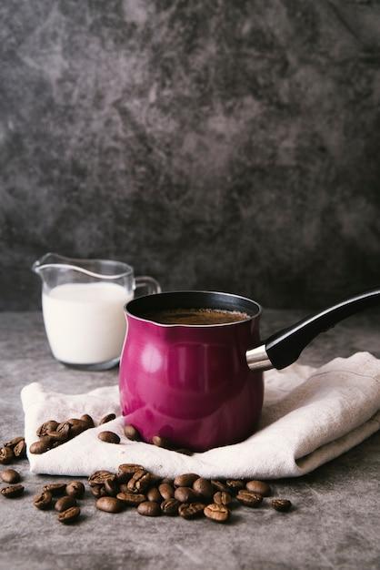 正面のコーヒーポットとミルク 無料写真