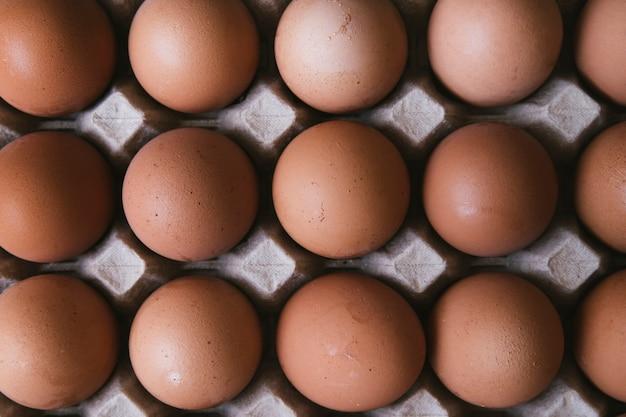 Вид сверху коробки с яйцами Бесплатные Фотографии