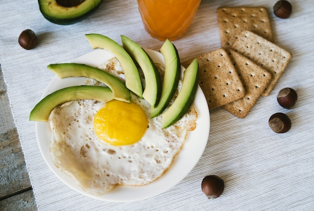 トップビュー卵とクラッカーの朝食 無料写真