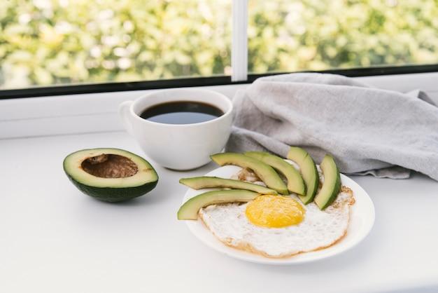 おいしいアボカドと卵の朝食 無料写真