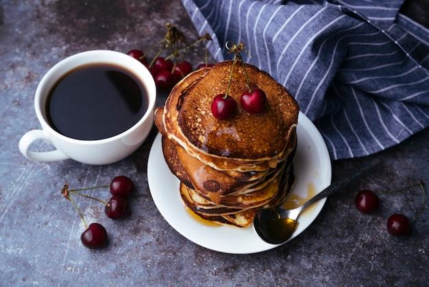 コーヒーとパンケーキの朝食 無料写真