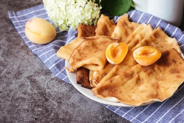 おいしい桃とパンケーキのレイアウト 無料写真