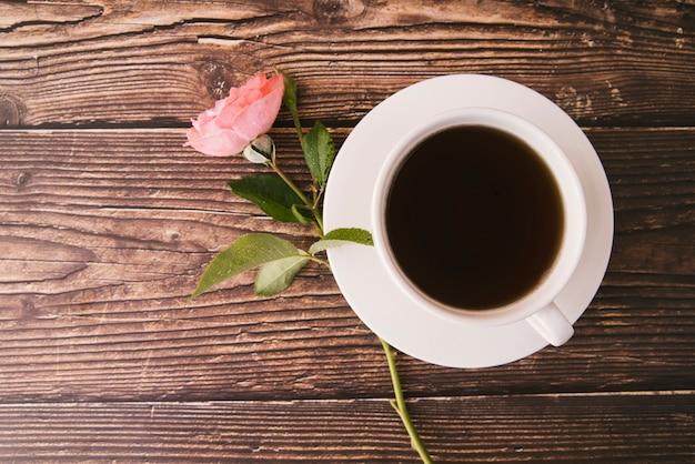 木製の背景の上から見る新鮮なブラックコーヒー 無料写真