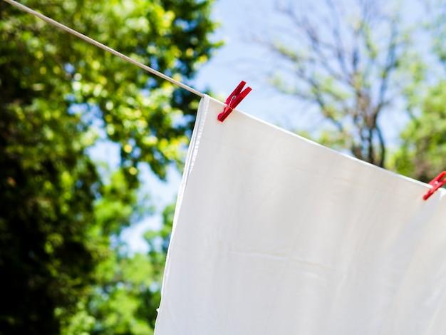 Крупный план сушки белого листа на линии Бесплатные Фотографии