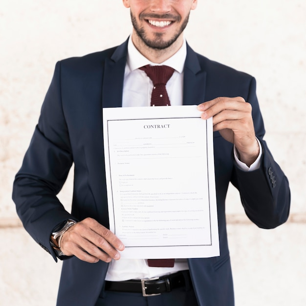 契約を保持しているクローズアップスマイリー男 無料写真