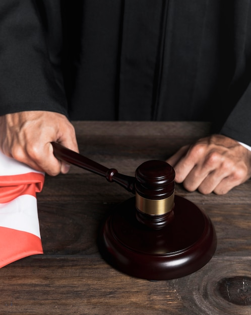 Судья крупным планом поражает деревянный молоток Бесплатные Фотографии