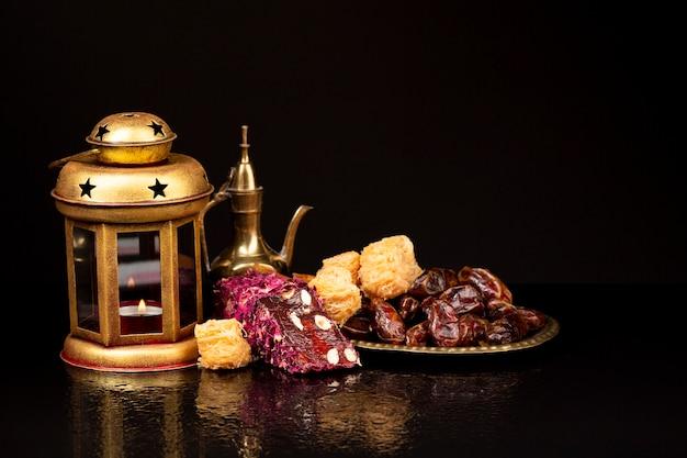 黒の背景と正面のイスラムのお祝いテーブル 無料写真