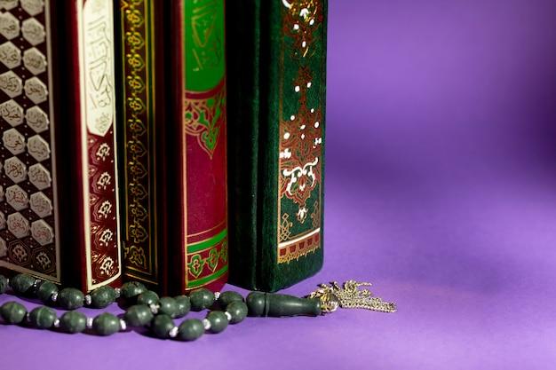 イスラムの本と祈りビーズのクローズアップ 無料写真