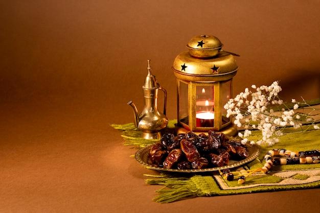 乾燥日とテーブルの上のキャンドルホルダーの正面図 無料写真