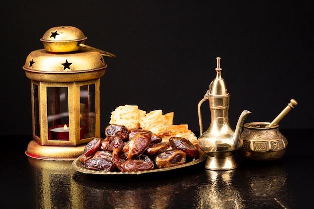 Исламская новогодняя композиция с кораном и датами Бесплатные Фотографии