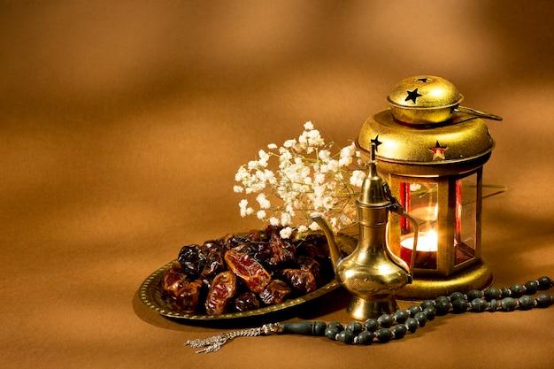 Исламский фонарь с сушеными финиками Бесплатные Фотографии