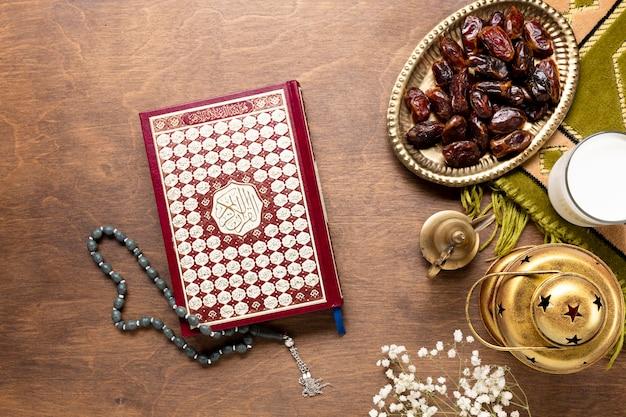 木製のテーブルにコーランと祈りビーズ 無料写真