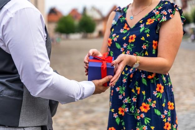 男が女に贈り物をすること 無料写真