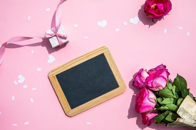 小さな黒板とバラの花束 無料写真