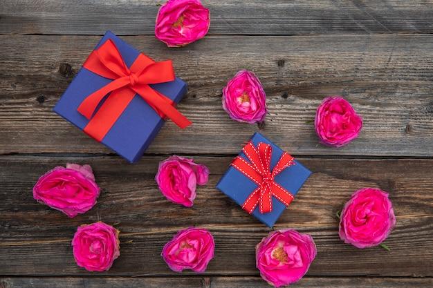 トップビューピンクのバラとプレゼント 無料写真
