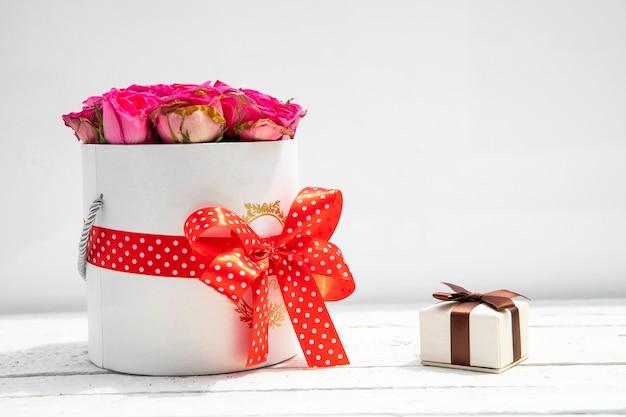 花と小さな贈り物の美しい花束 無料写真