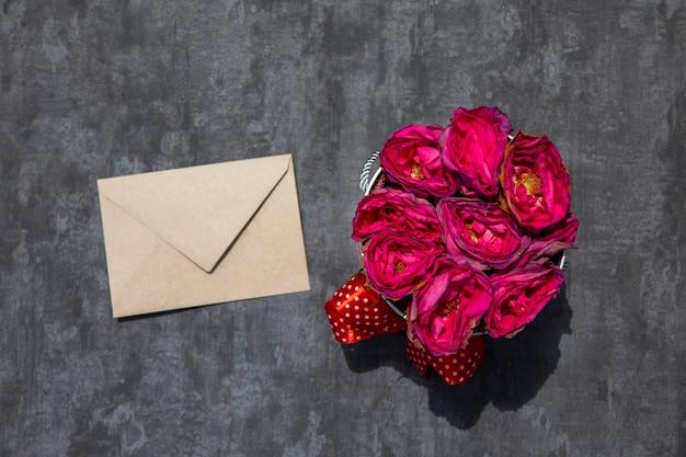 白い封筒とバラの花束 無料写真