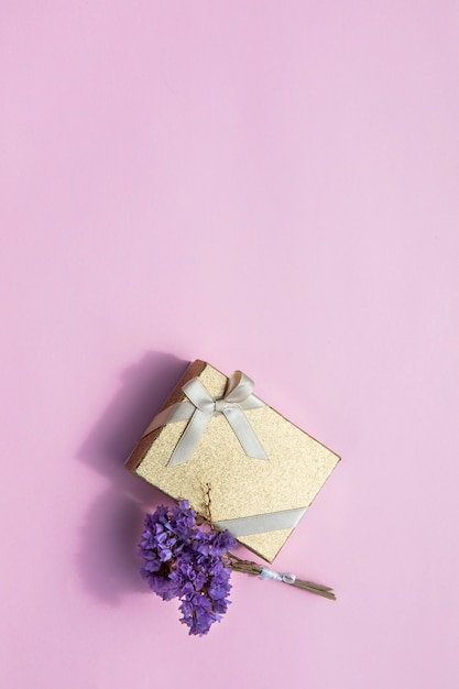 花とコピースペースでミニマルなギフト 無料写真