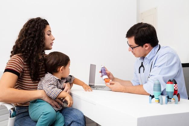 医者の訪問で注意を払ってサイドビュー母 無料写真