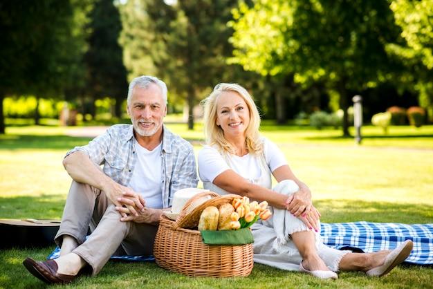 老人と女性がカメラ目線 無料写真