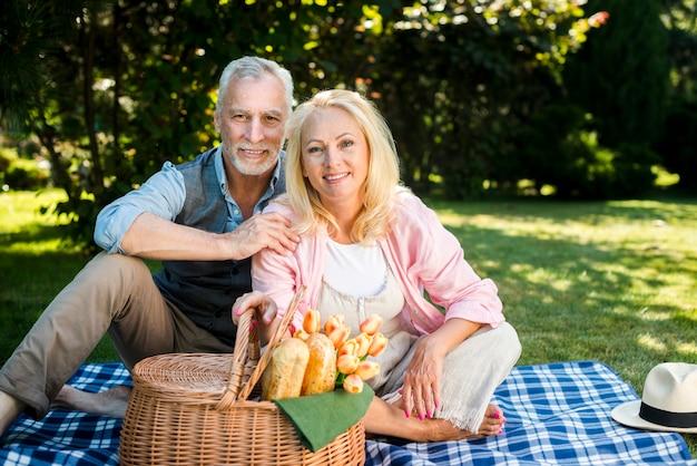 毛布の上に座って幸せなカップル 無料写真