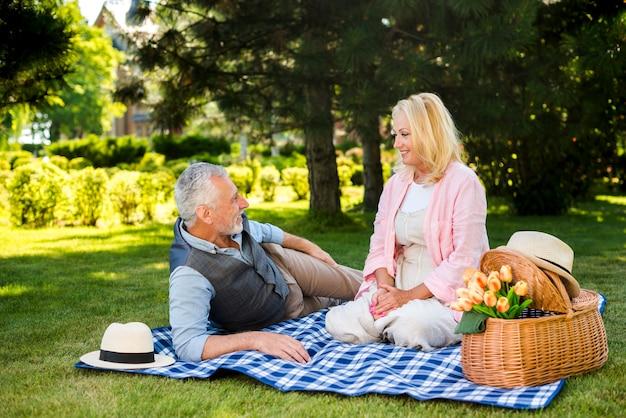 老夫婦の自然で楽しい時間を過ごして 無料写真