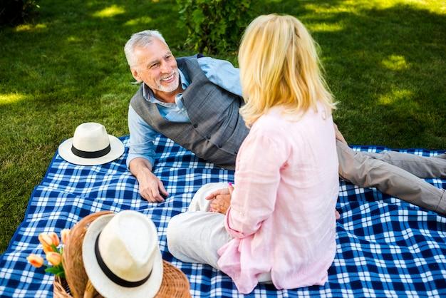 彼らのピクニックを楽しんでいるハイアングルの高齢者 無料写真