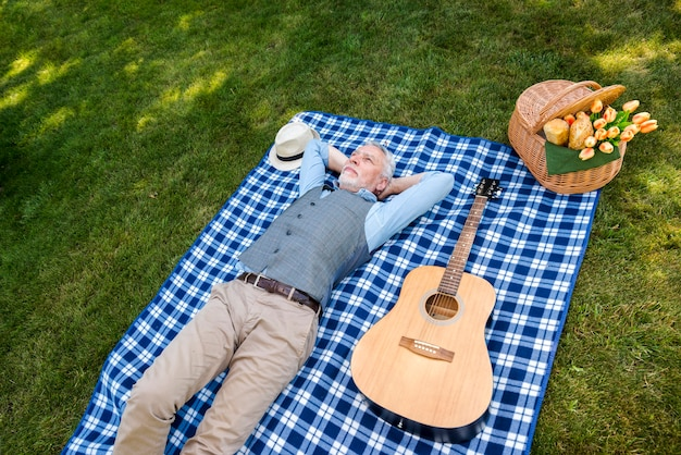 高角度の男が毛布の上に敷設 無料写真