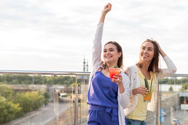 テラスパーティーで幸せな女の子 無料写真
