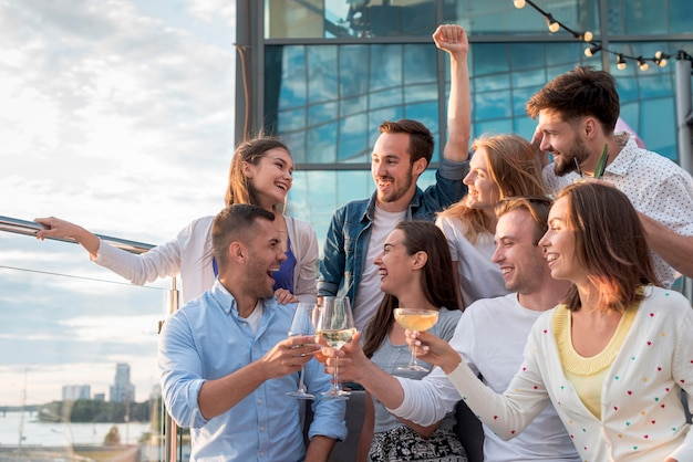 パーティーで乾杯する友人のグループ 無料写真