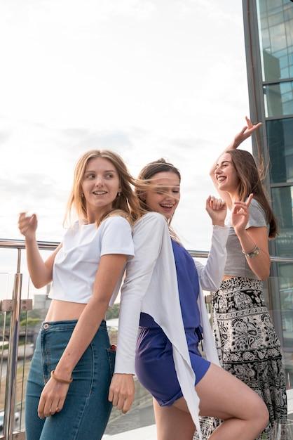 幸せな女の子が背中合わせに踊る 無料写真