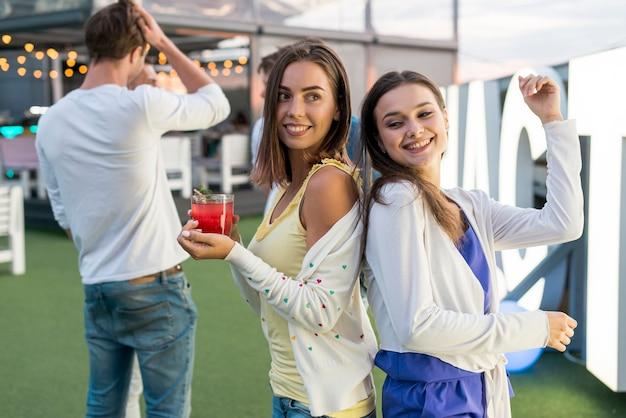 パーティーで踊る幸せな女性 無料写真
