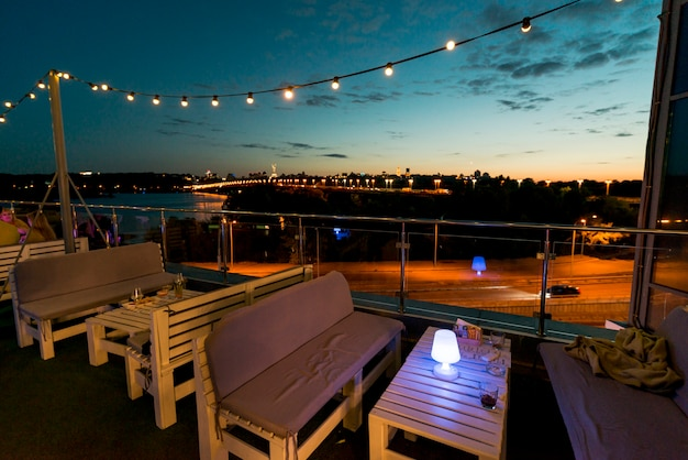 夕日を背景に空のテラス 無料写真